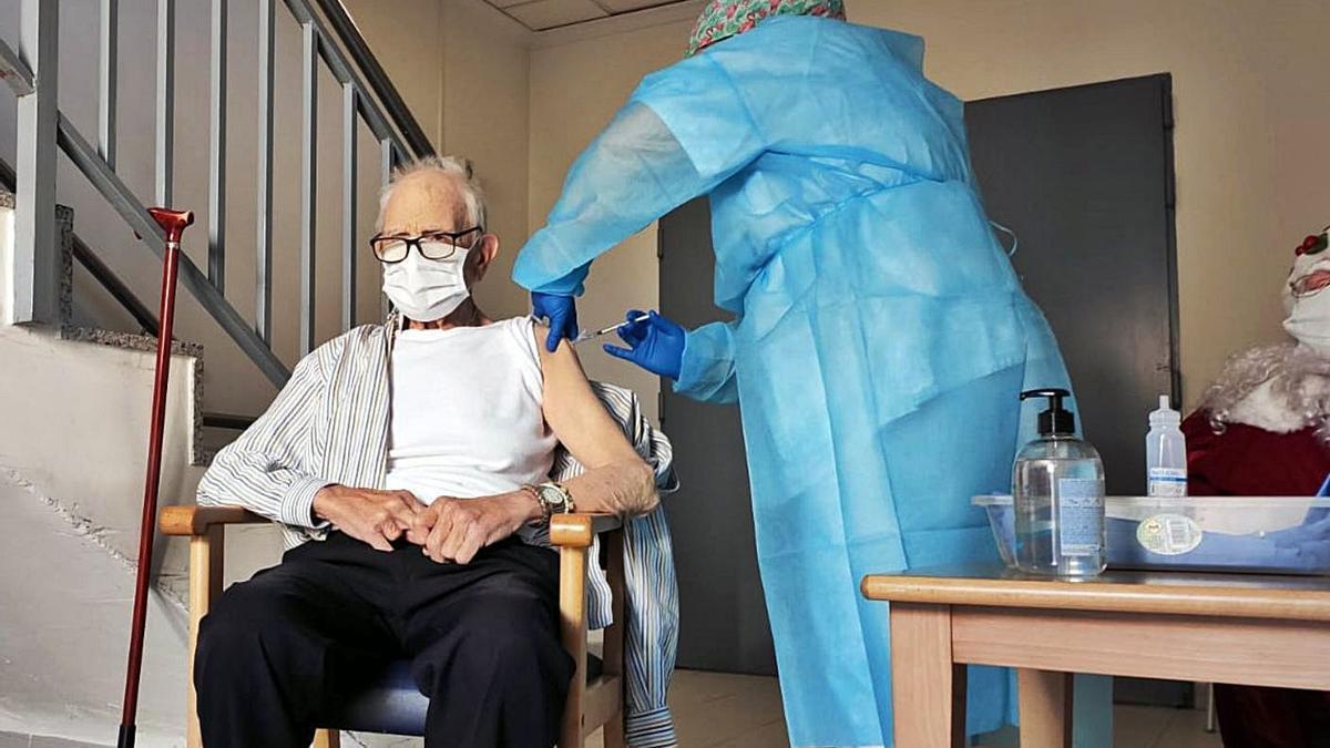 Batiste, el primer valenciano en vacunarse, recibe la primera dosis el 28 de diciembre.   LEVANTE-EMV