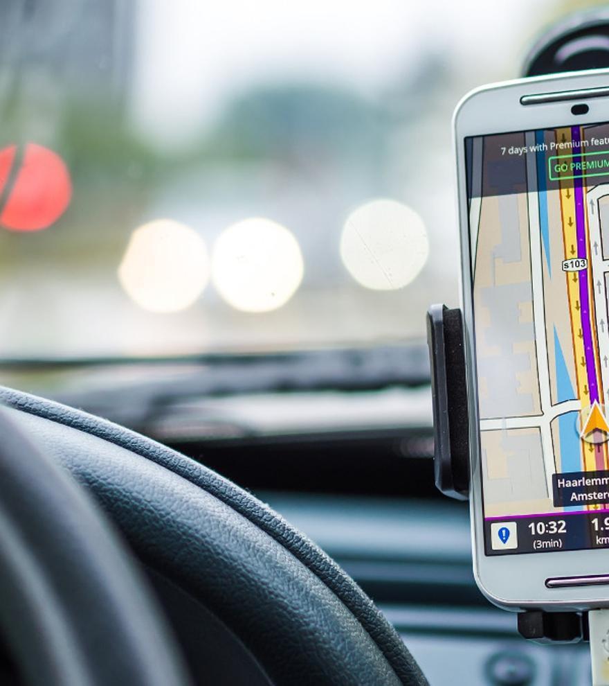 La DGT advierte a los conductores del uso del GPS durante la conducción