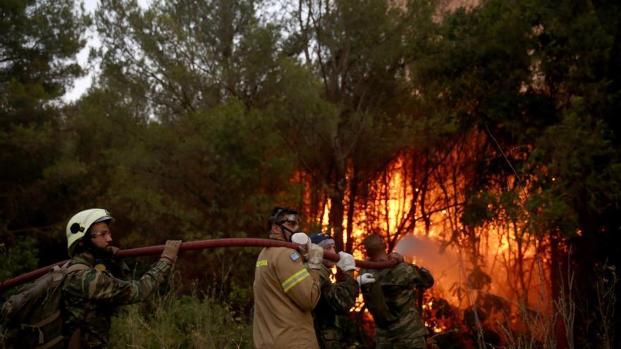 Grècia batalla contra una onada d'incendis que ha obligat a desallotjar tres suburbis d'Atenes