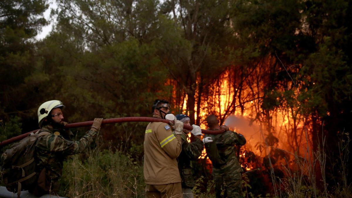 Bombers treballant en un dels focs d'Atenas