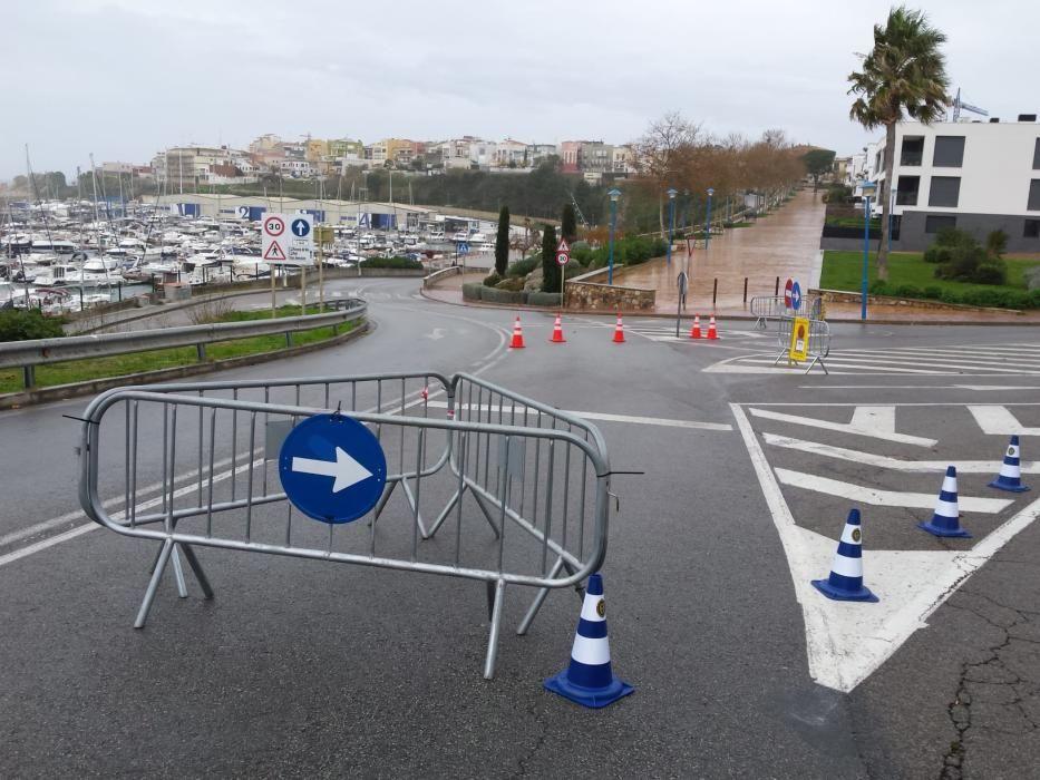 La Policia Local Palamós ha tancat a la circulació el tram del vial del port que passa per la Pedrera arran del temporal marítim
