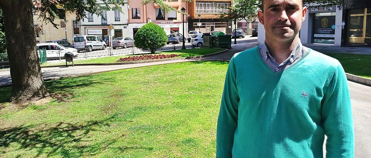 Alberto Morán, exportavoz de Ciudadanos y edil del grupo de no adscritos, en el parque Heno de Pravia. | S. Arias