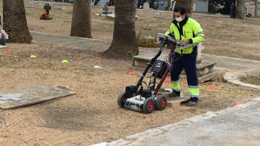 Arrancan labores de prospección con georradar en el cementerio de Llíria para localizar fosas comunes