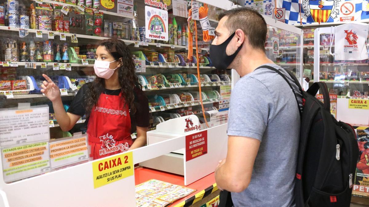 Un client i una dependenta a la botiga Petards 4x4 de Sabadell