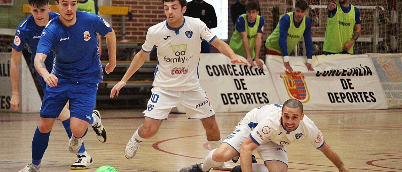 Xusi, en el suelo, y Castejón pugnan por la posesión del esférico ante los jugadores del Móstoles. | RAÜL AMAT