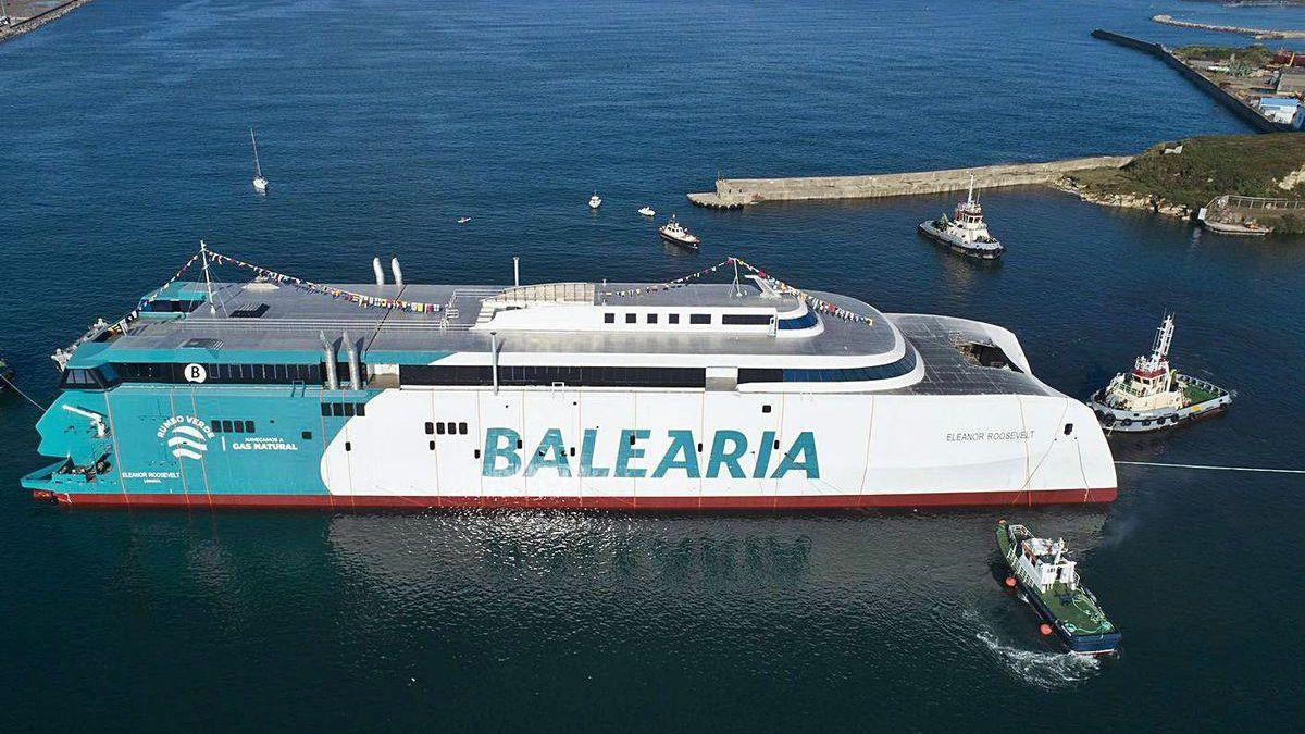 """Un momento de la botadura por Armón Gijón del ferry rápido para Baleària """"Eleanor Roosevelt"""", con Cimadevilla y el Puerto Deportivo al fondo de la imagen, a la derecha."""