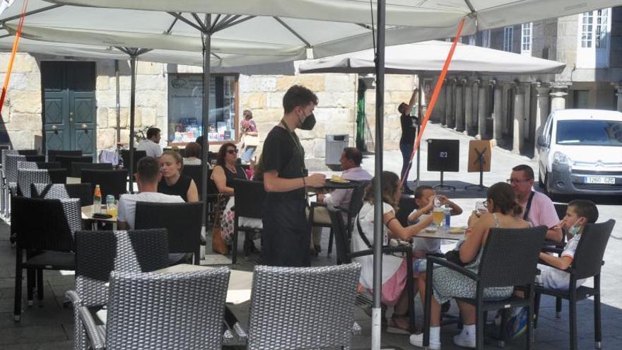 La Xunta ampliará las mesas de la hostelería a grupos de 8 y 15 personas y eliminará los límites de reunión