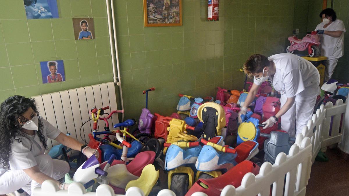 Desinfección en colegios de Murcia. El dispositivo de limpieza y desinfección del Ayuntamiento de Murcia ya está trabajando en los 116 centros públicos de Educación Infantil y Primaria del municipio