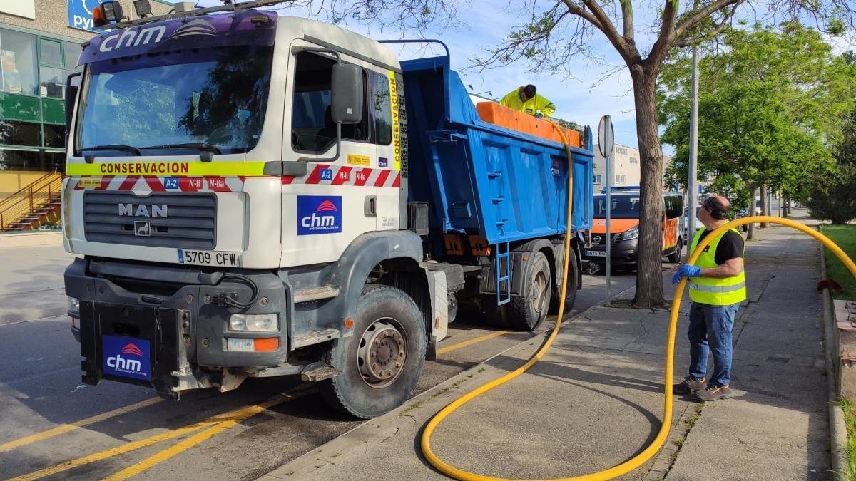 El camió fent les tasques de desinfecció.
