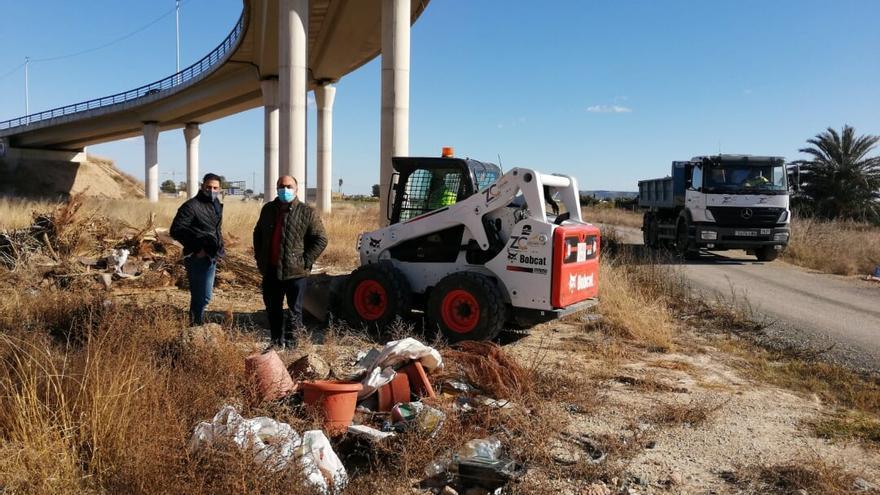 El Ayuntamiento de Orihuela retira las escombreras en distintos caminos rurales