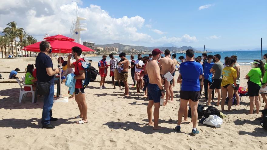 Cientos de jóvenes participan en las pruebas de selección para el servicio de socorrismo de El Campello