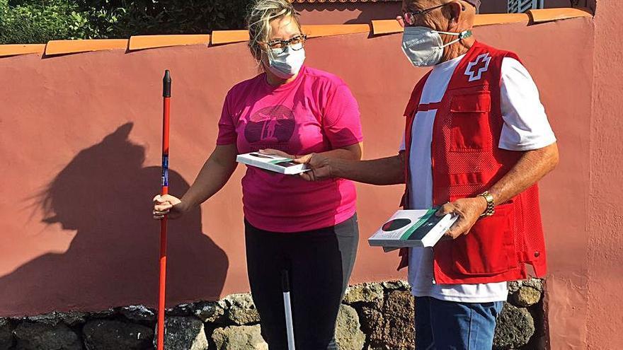 Cruz Roja distribuye ayudas sociales y 50.000 mascarillas entre los afectados