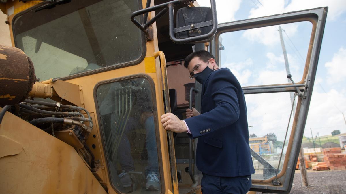 El nuevo presidente de la Mancomunidad durante la visita al parqeu de maquinaria, en Fuentelapeña