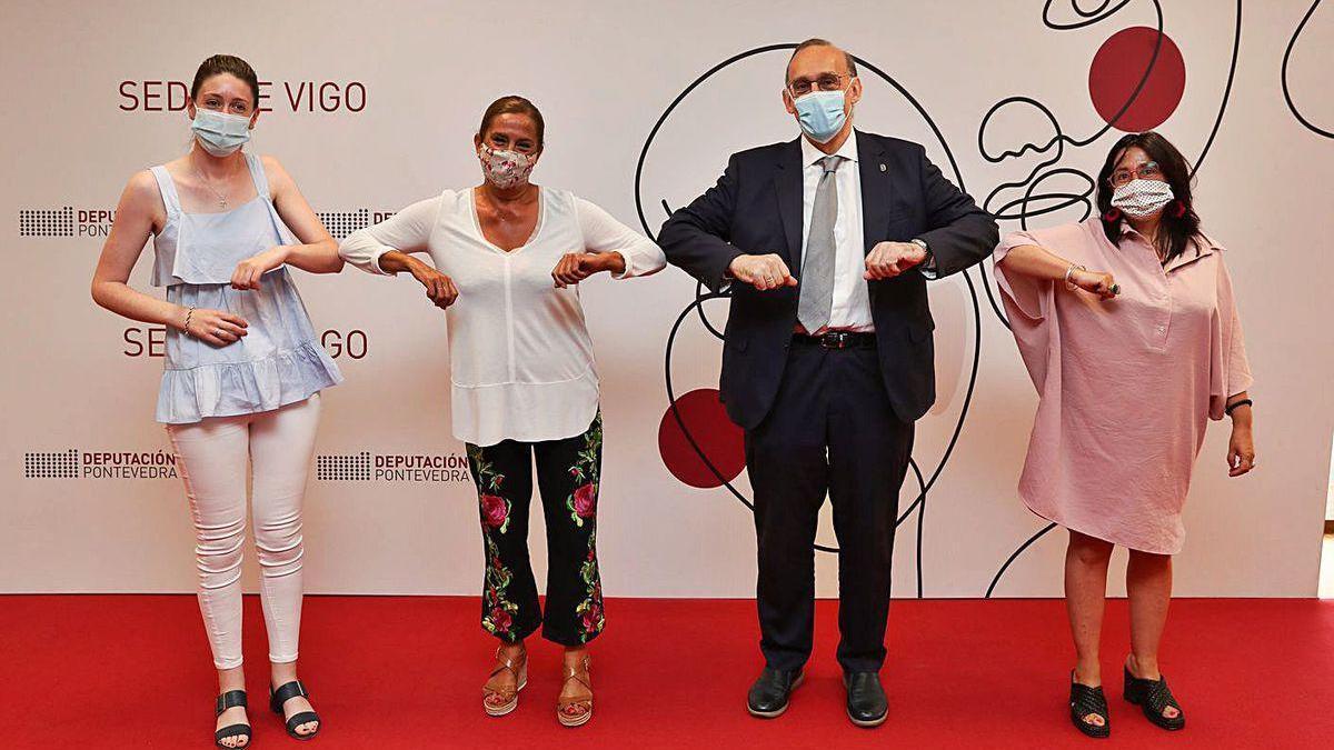 Victoria Alonso, Carmela Silva, Manuel Reigosa y Águeda Gómez, en la sede de la Diputación.