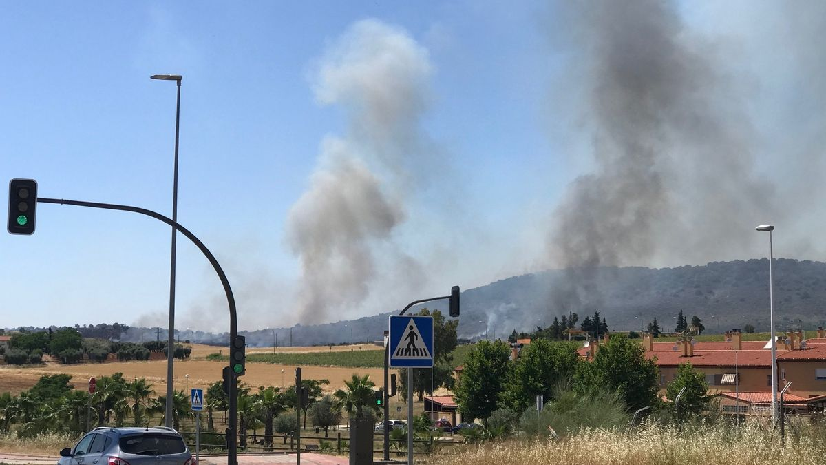 Columnas de humo del incendio declarado en la zona de la Sierra de Carija.