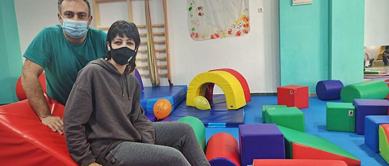 Jonathan García y Piedad Ocampo, en su centro de ocio infantil. | S. Arias