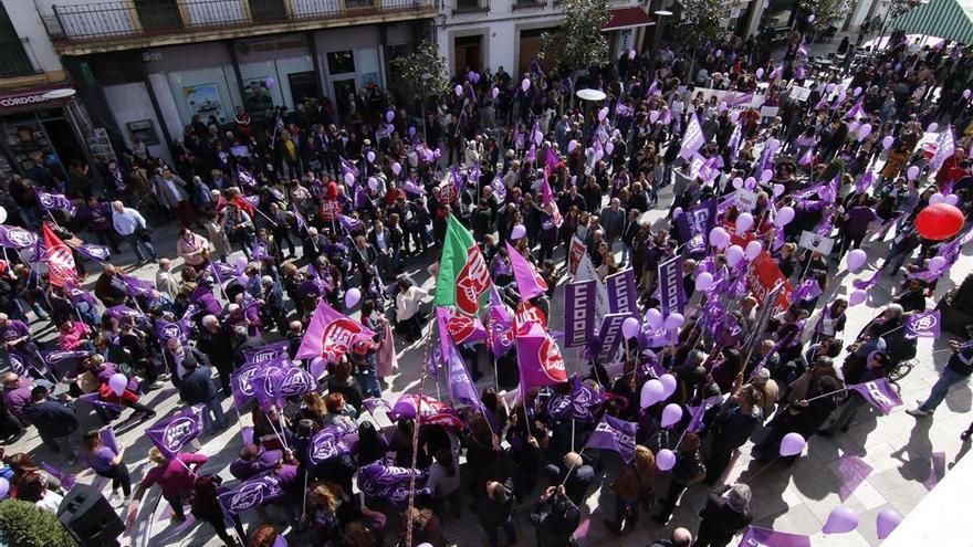 El mensaje feminista del 8-M se impone al ruido político en la calle