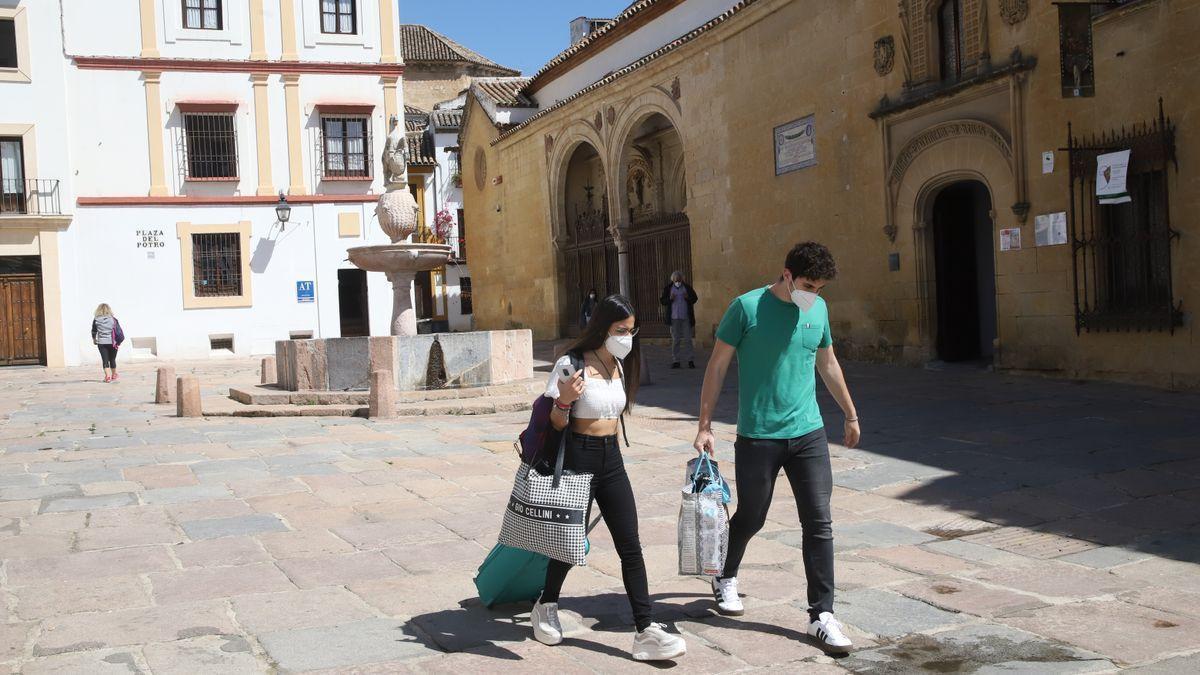 Turistas con maletas en la plaza del Potro.