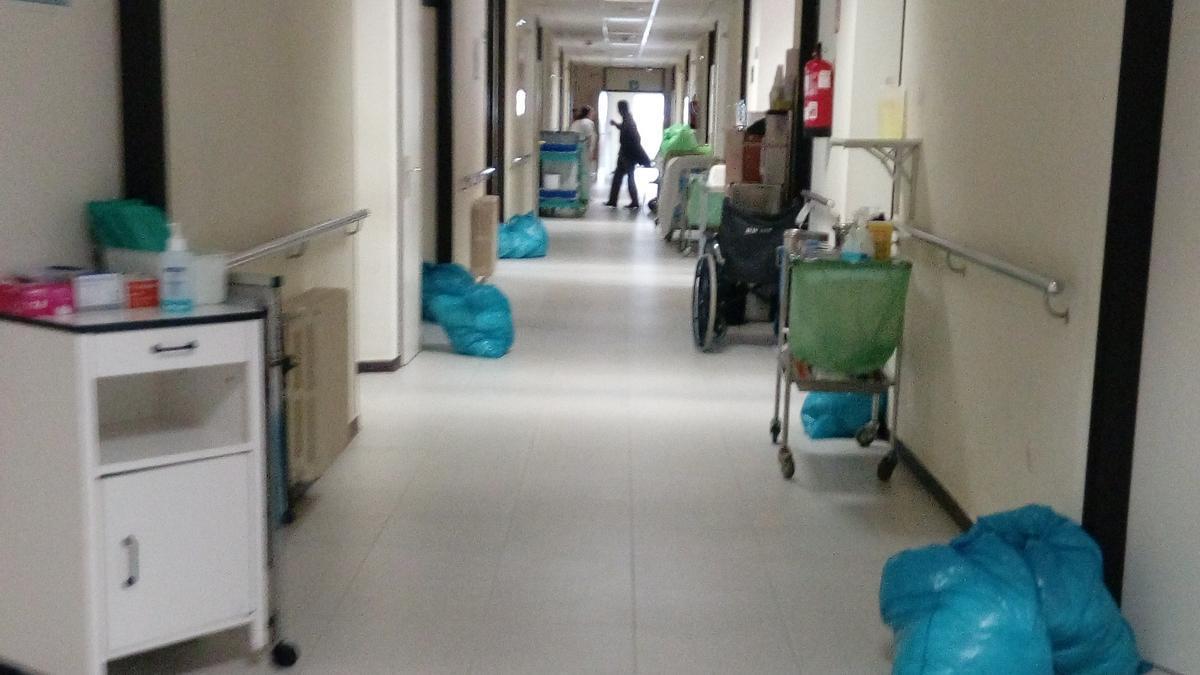 Pasillo del Hospital Montecelo en plenas tareas de limpieza.
