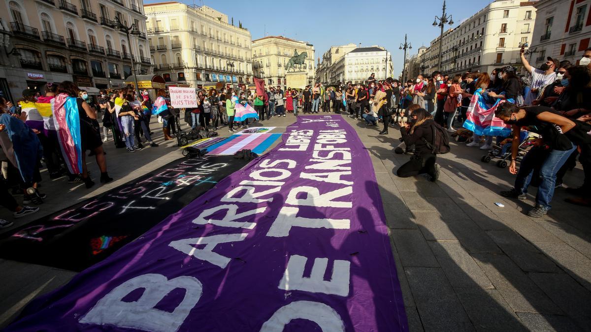 Varias personas participan en una concentración a favor de los derechos de las personas trans, a 31 de marzo de 2021, en Madrid (España). Este miércoles se celebra el Día Internacional de la Visibilidad Transgénero. Su celebración este mes de ma