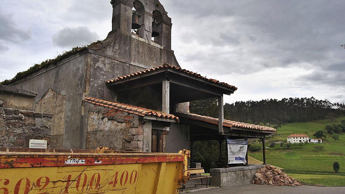 La iglesia de Santiago de Arlós, en Llanera, ayer. | A. Illescas