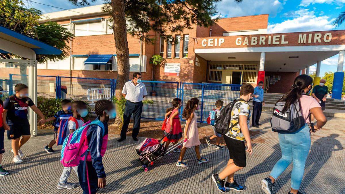 Accesos del colegio Gabriel Miró de Benidorm.