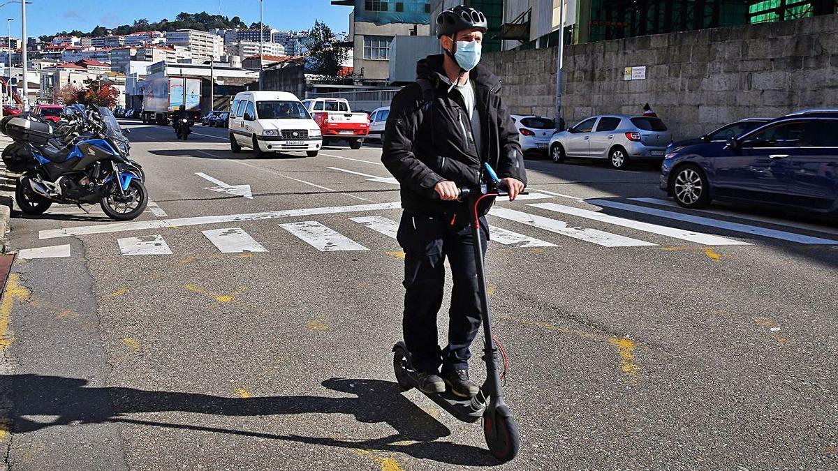 Un usuario de patinete eléctrico por la Avenida de Beiramar.   | // MARTA G. BREA
