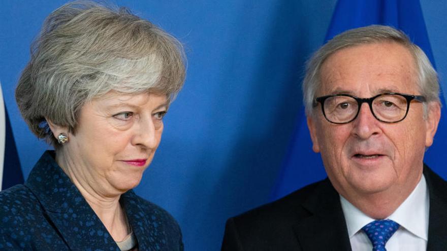 Jean Claude Kuncker y Theresa May.