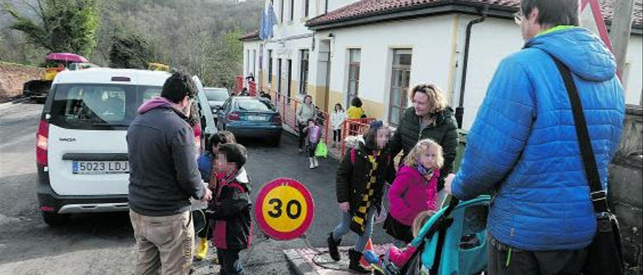 Padres y escolares, a la salida del centro de Santa Eulalia de Cabranes. |LNE