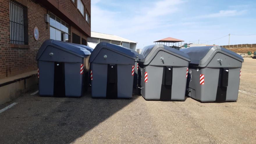 A disposición 58 nuevos contenedores de carga lateral en Benavente con pedales de apertura