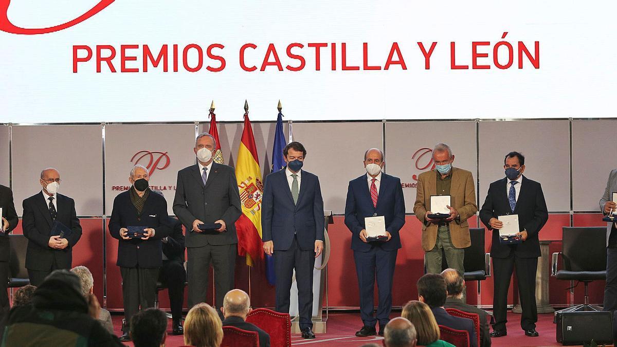 El presidente de la Junta junto a los galardonados con los Premios Castilla y León 2020, entre ellos el escultor zamorano, José Luis Coomonte, tercero por la izquierda.   Brágimo-Ical