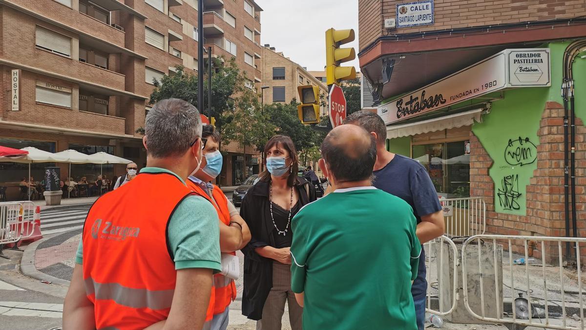 La portavoz del PSOE, Lola Ranera, durante su visita a las obras de la calle Santiago Lapuente.