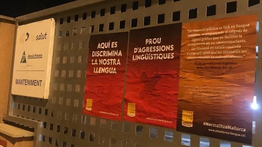 Pegan carteles en centros de salud para reclamar el uso y la rotulación en catalán