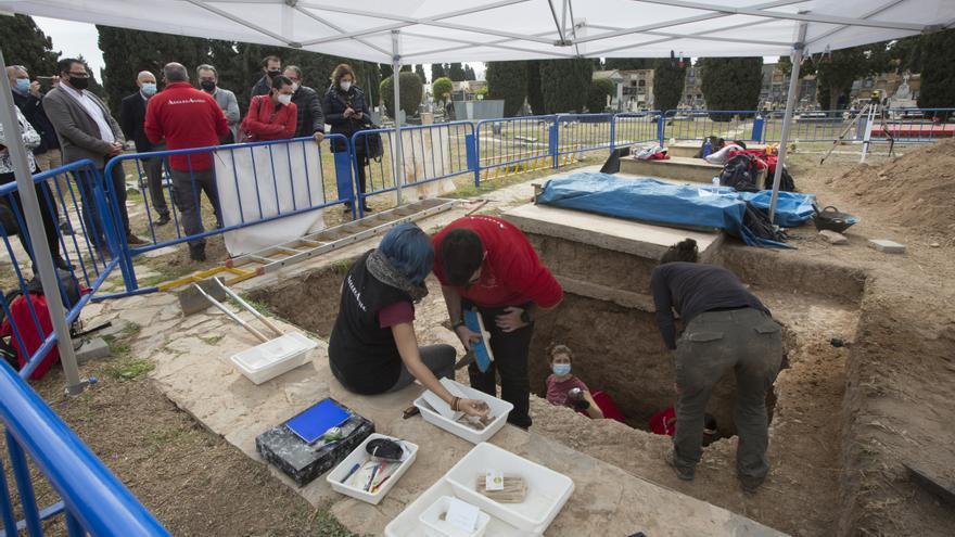 La excavación que busca a represaliados del franquismo en el Cementerio descubre un posible caso de bebé robado