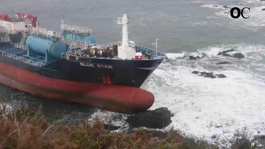 El aviso naranja por olas de siete metros adelanta a hoy el reflote del 'Blue Star'