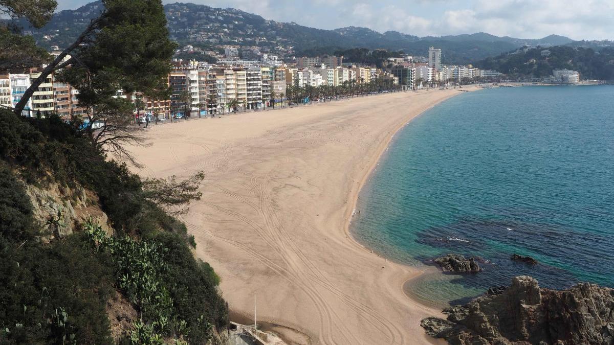 La platja de Lloret, ben buida, arran de la pandèmia