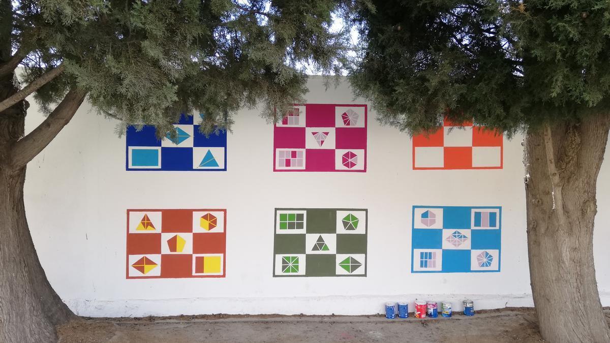 Bingo matemático pintado en las paredes del recreo del IES dentro del proyecto.