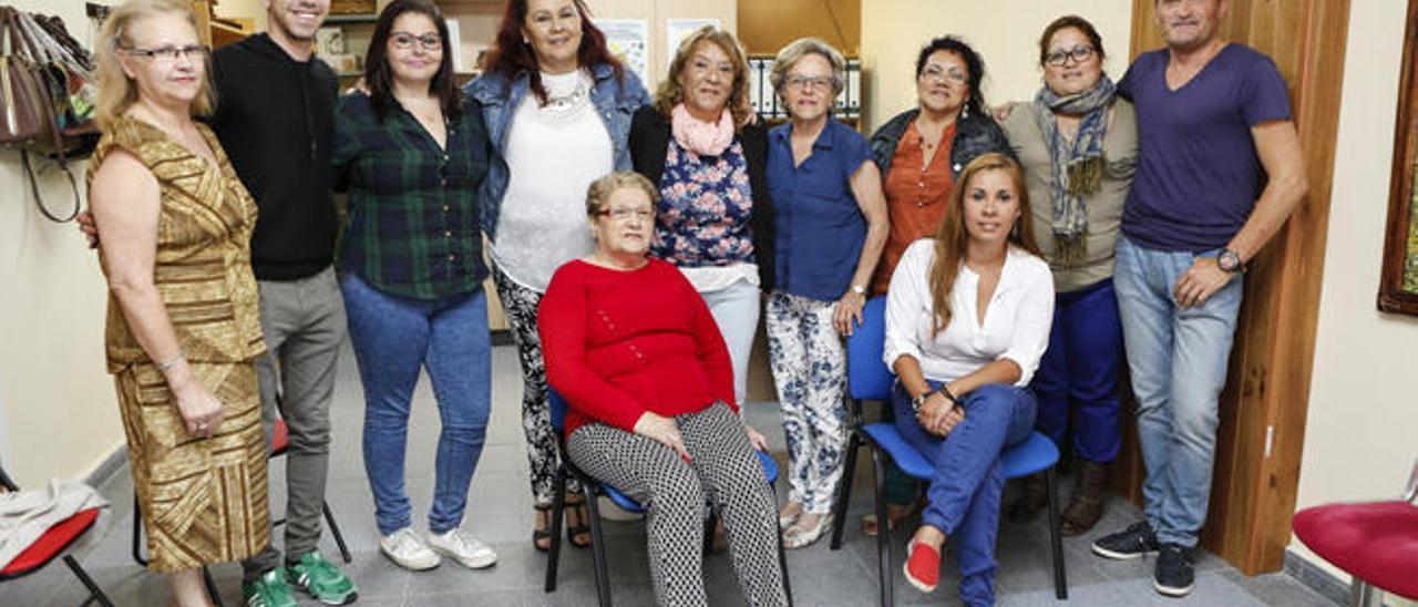 Juan Francisco Rodríguez, primero por la derecha, junto a miembros de la Asociación de Enfermos de Crohn, ayer.
