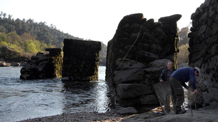 """Pescadores del Miño llevan al Parlamento la protección BIC para las """"pesqueiras"""""""