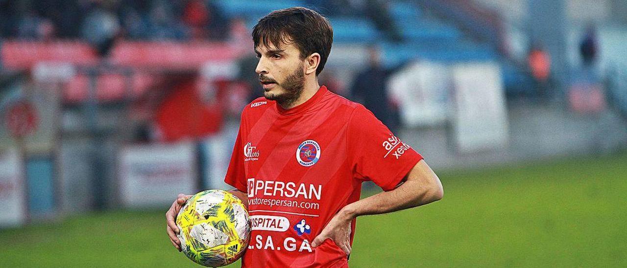 Alfredo Veiga, con el balón durante el partido de la temporada pasada frente al Arzúa.