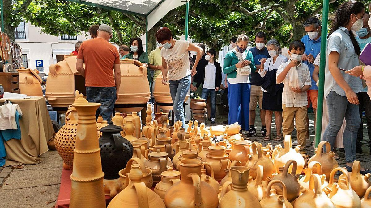 Los zamoranos contemplan piezas en un puesto de la Feria.