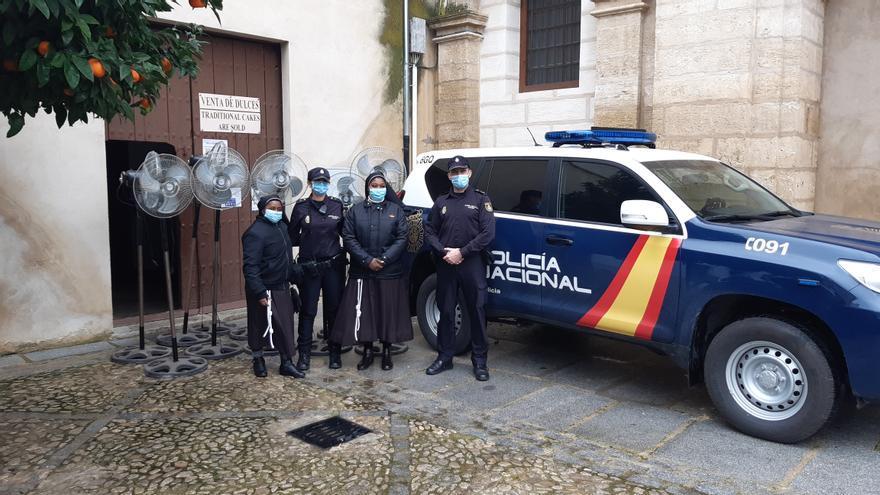 La Policía Nacional entrega material incautado en cultivos de marihuana a asociaciones de Antequera