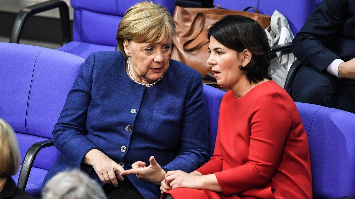 La cancillera alemana, Angela Merkel, y la dirigentes de Los Verdes, Annalena Baerbock.