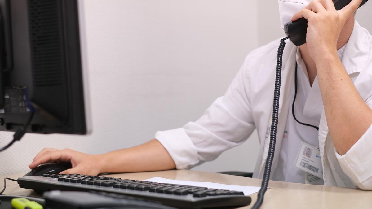 Un rastreador atiende a un paciente por teléfono en un centro de salud de la provincia.