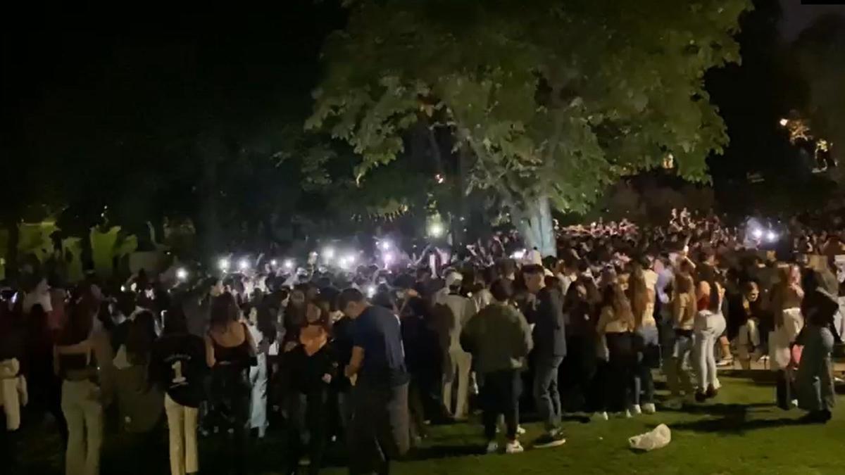 Cientos de jóvenes concentrados haciendo botellón en un parque de la capital,