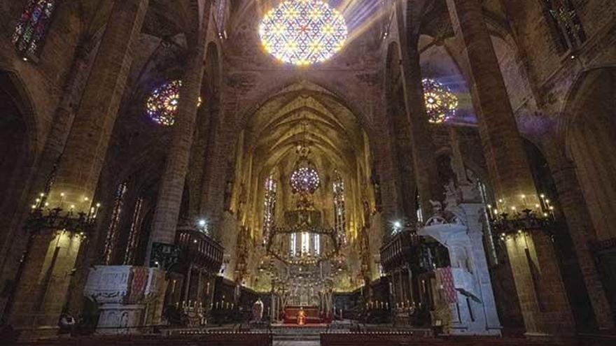La Catedral vacía acoge la misa de Domingo  de Ramos más insólita