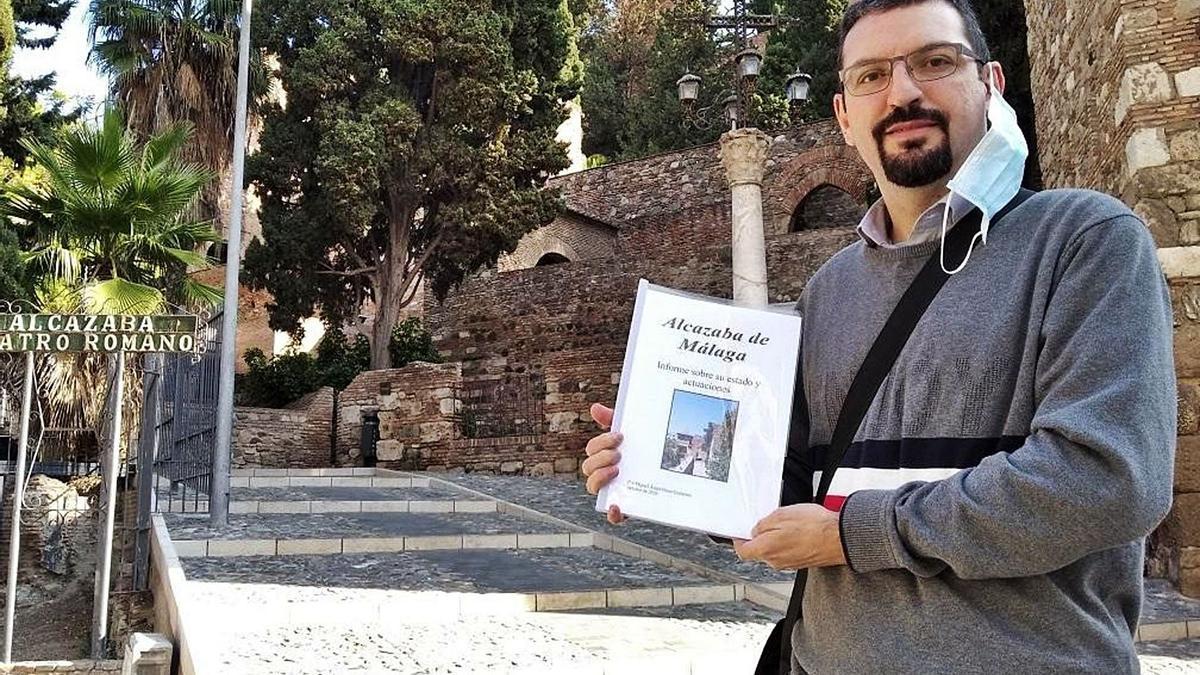 El guía turístico Miguel Ángel Pérez, en diciembre, con su informe sobre la Alcazaba.