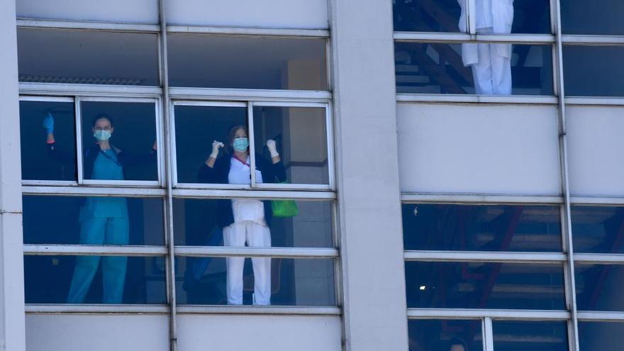 Aplauso de las fuerzas de seguridad al personal del Hospital de A Coruña