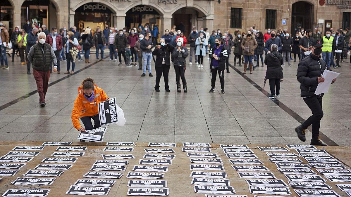 Los hosteleros llevan sus protestas a la plaza de España | ELIANA LAMATA