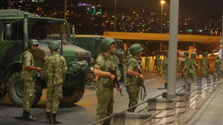 Dictan 79 cadenas perpetuas por el golpe militar de Turquía